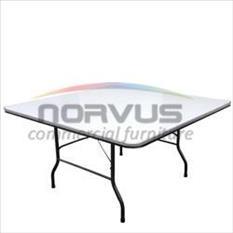 Complementa tu equipo con mesas que brindan elegancia