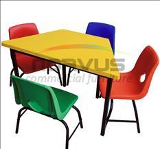 Mesas y sillas para tareas escolares en casa