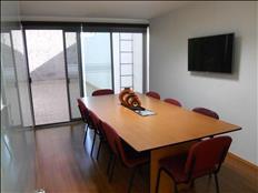 Una sala de juntas lista para tus reuniones